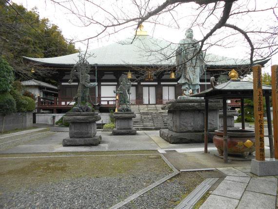本堂(帝釈堂)、日蓮聖人像の周りには、広目天、毘沙門天、増長天、持国天の銅像も建っています