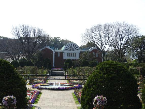 沈床花壇から大佛次郎記念館を望む