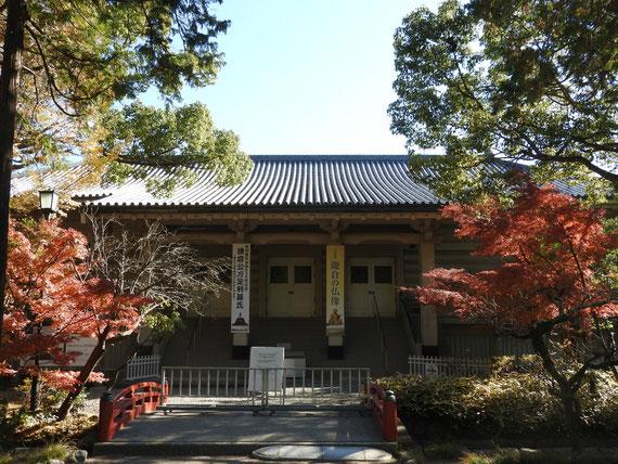 紅葉の鎌倉国宝館正面