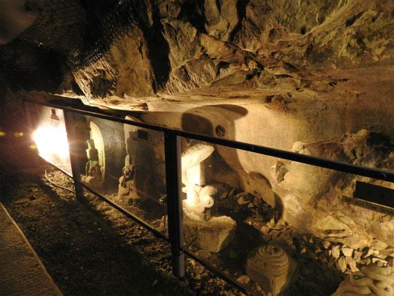 洞窟内の石造物展示