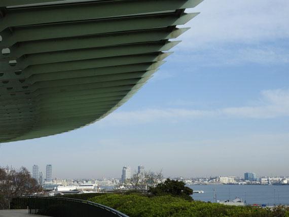 港の見える丘公園 展望台から海をみる