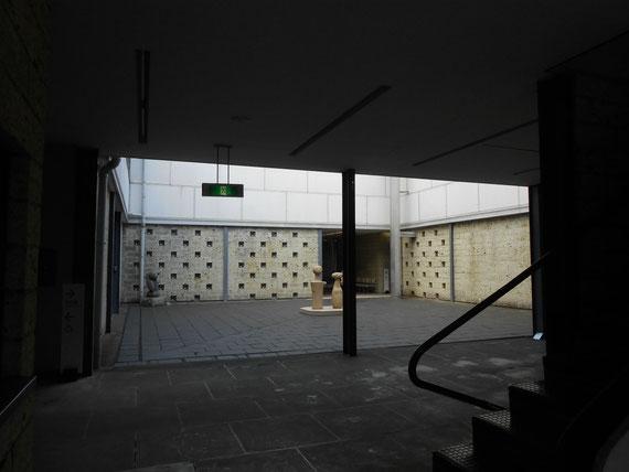 彫刻室、中庭。 中央展示が、イサムノグチの「こけし」。素晴らしい空間でした。