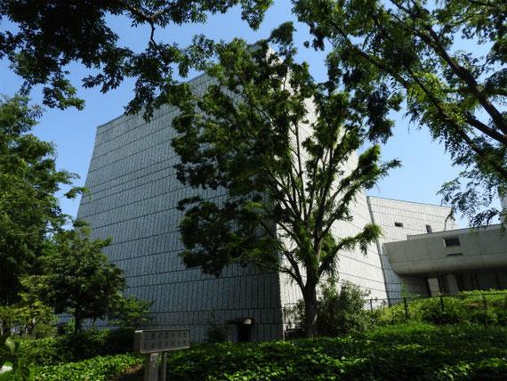 公園口への道から文化会館を望む。この大ホールは特徴的です。