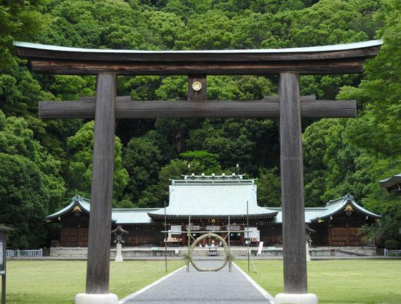 静岡縣護国神社 二の鳥居と本殿・拝殿 6月