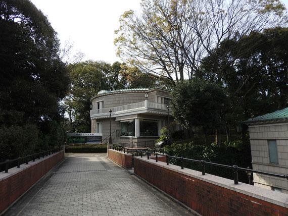 霧笛橋より神奈川近代文学館展示棟入り口を望む