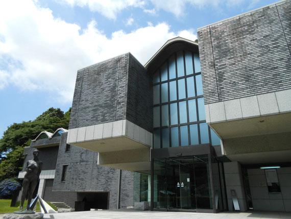二つのボリュームのある張り出しが特徴的な、造形美溢れる美術館です