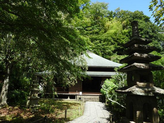 東慶寺本堂(泰平殿)と灯籠、本堂の塀門がなくなっていた