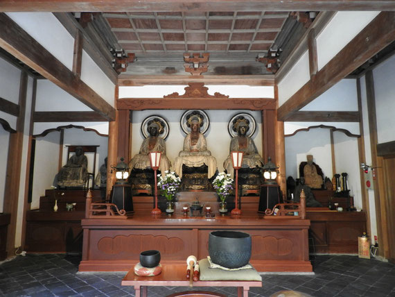 本堂に安置されている、三世仏ご本尊