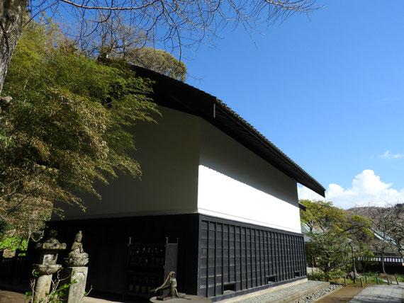 墓苑への参道からみる、松ヶ岡宝蔵