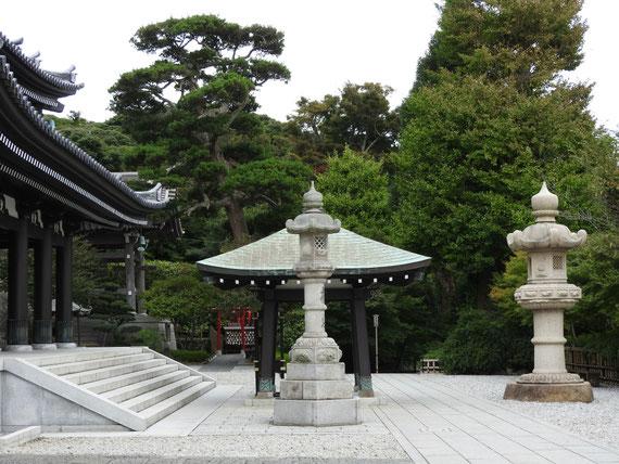 本堂前の石灯籠と香炉