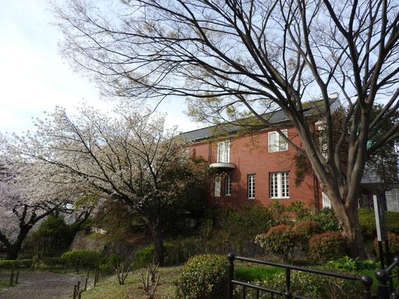 公園内より大佛次郎記念館を望む