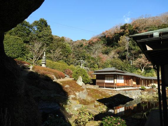 本堂裏の禅宗風の日本庭園