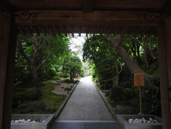 山門から庭園のある境内を観る