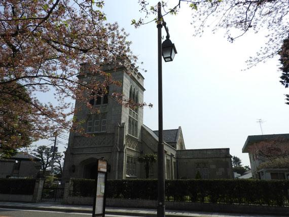 前面道路右から見る、山手聖公会