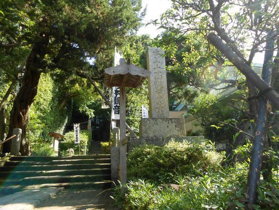 杉本寺の入り口、すぐに急勾配の石段に続きます。