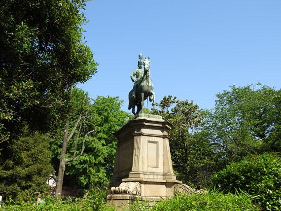 明治45年建立。 騎馬像「小松宮阿彰仁親王像」
