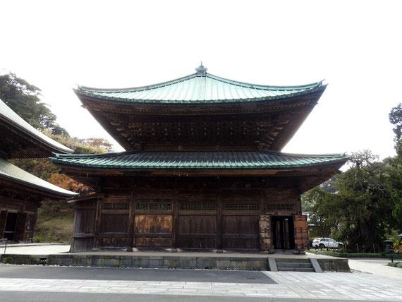 建長寺仏殿、参道左から