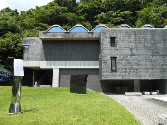 左前庭と美術館。 どう見ても美術館だよね。 軽快なボリューム