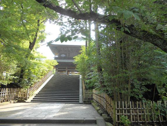 山門、「円覚寺興聖禅寺」の額字は、伏見上皇の勅筆とのことです