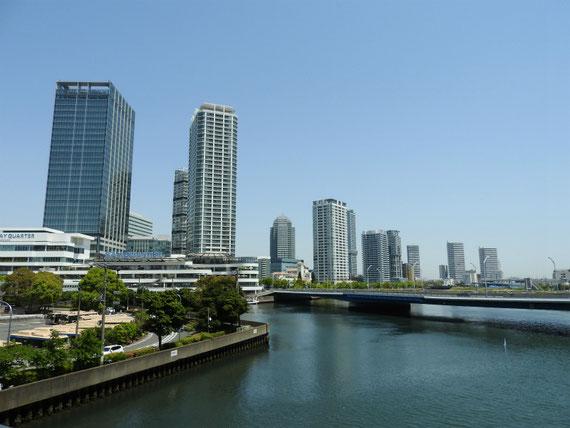 はまみらいウォークから、横浜ベイクォーターエリアを望む