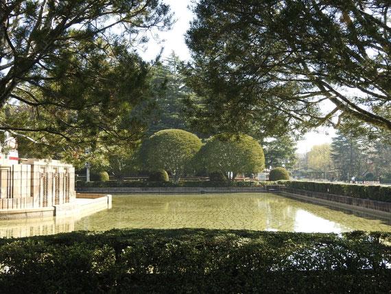 絵画館正面の中庭