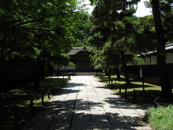 御門から臨春閣への参道