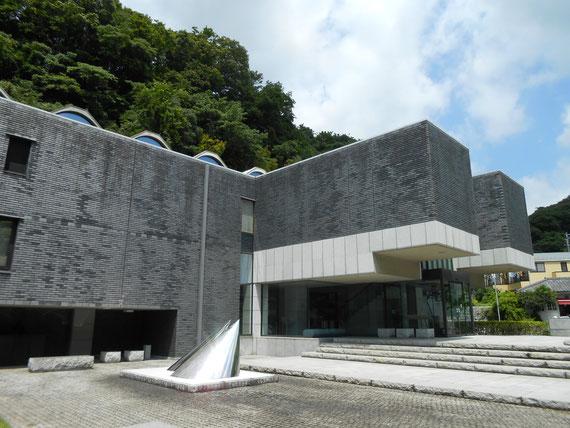 鎌倉近代美術館別館、彫刻庭園から別館をみる