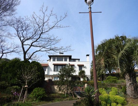 港の見える丘公園内庭園から、山手111番館をみる