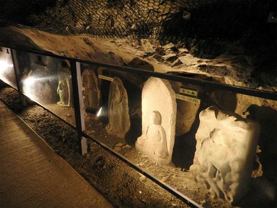 洞窟内の仏像