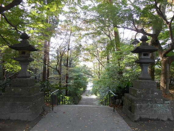 二天門から方丈門へと降りていく階段