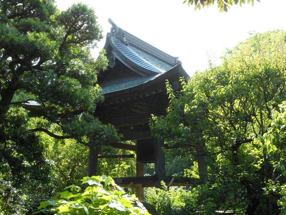 境内の鐘楼。宝戒寺は「萩寺」として有名です。 秋の方が良いかも。