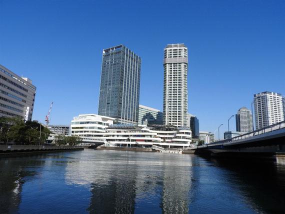 たかしま水際プロムナードから横浜ベイクオーターを望む