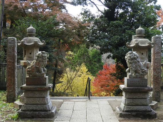 下山途中の、獅子舞・石灯籠と紅葉
