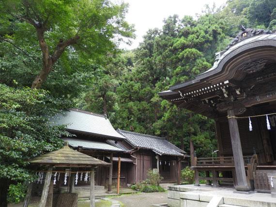 本堂脇の御霊神社の宮神神輿納所