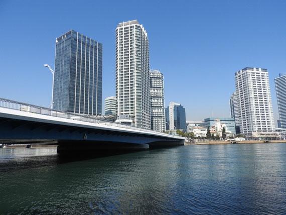 水際プロムナードからみなとみらい大橋を望む