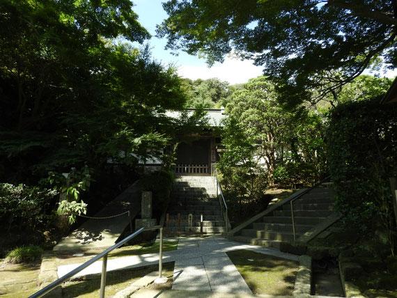 龍峰院の門はいつも閉じられていますが、時々ご僧侶の出入りをみます
