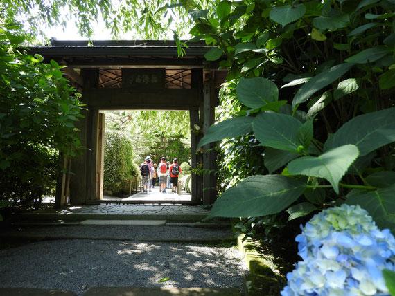 意思の参道から山門を観る。修学旅行の生徒さんで溢れていました。