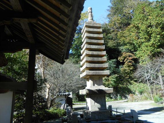 山門を入ってすぐの左の石塔