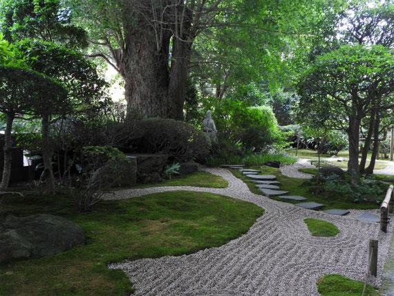 山門を入った境内の古山水庭園