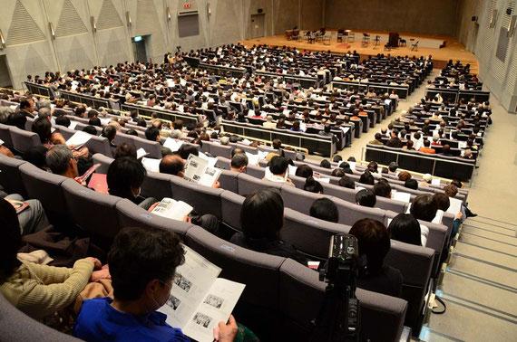 満席の大ホール