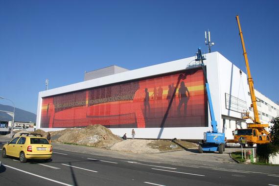 Großformatige Werbung auf Fassade mit Digitaldruck. Spannrahmensystem für Netzvinyl.