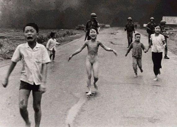 Cornell Capa - Trang Bang (Vietnam), Napalm strike, 1972