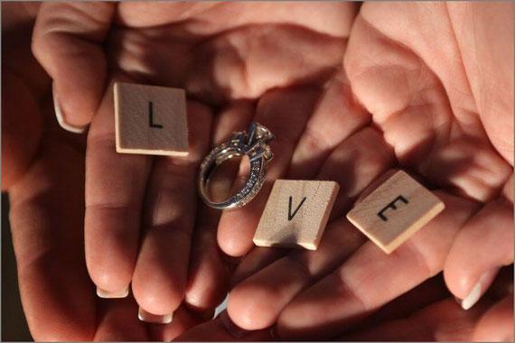 指輪を使ってLOVEを表現