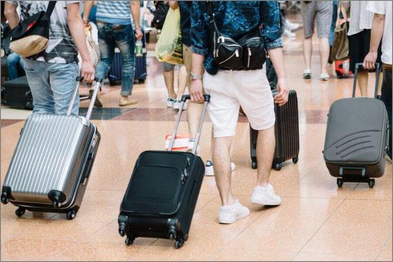 旅行へいく男性