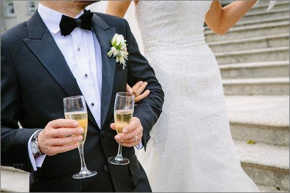 結婚式を挙げる男女
