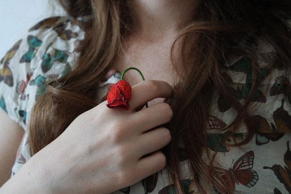 胸に手をあてる女性