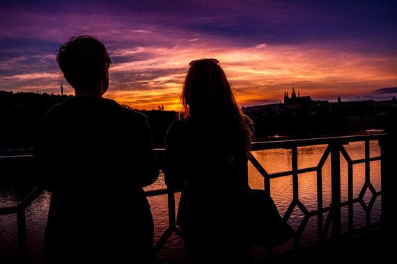 夕日を眺める男女
