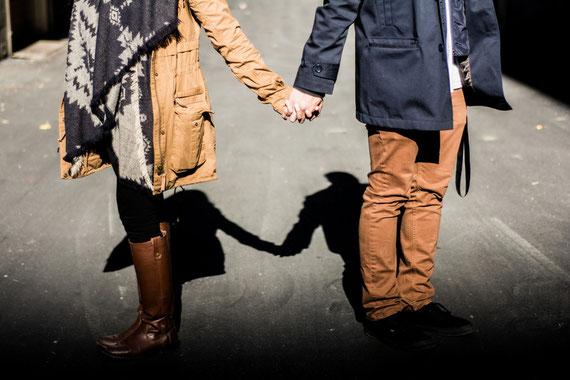 手をつなぐ男性と女声