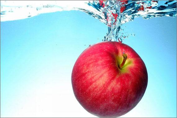 水に落ちるリンゴ