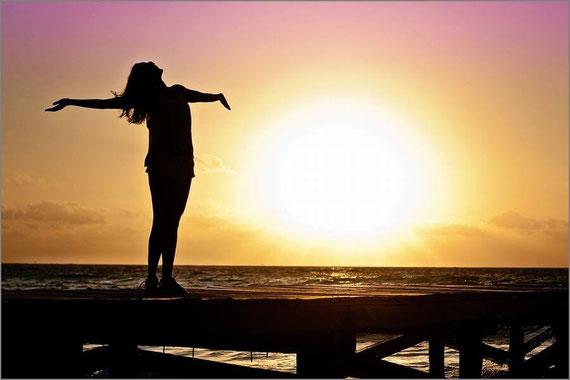日差しを全身で受ける女性